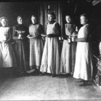 Fru Elen Øvretveit + fem kjøkkenjenter i    kjøkkenet i den gamle skolebygningen - JærenFolkehøgskule.