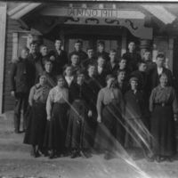 En gruppe elever fra Jæren Folkehøgskule på inngangstrappen til Breidablikk.