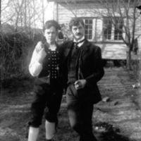 H.E. Hognestad og Nils Garborg i bunad.H.E.Hognestad f.16.04-1894. Dei var elever ved Den utvida høgskolen 1911-1912.