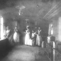 Målfrid Birkeland - i midten - og kjøkken-  jentene på  Jæren Folekhøgskule.Den gamle skolebygningen.
