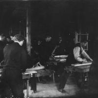 Jæren Folkehøgskule.Elever på sløydrommet. Lærer: Tore Braut (i bakgrunnen) f. 07.06. 1878, d. 11.07.1923.Lærar frå 1906-1923.