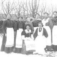 Målfrid Birkeland - foran til høyre - og sjukjøkkenjenter ved Jæren Folkehøgskule - i   hvite pynteforklær.