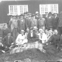 Gruppe av elever fra Jæren Folkehøgskule,   ved Knudaheio.