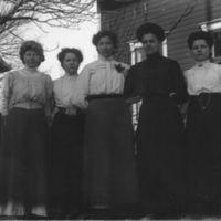 Fem jenter utenfor Jæren Folkehøgskule.