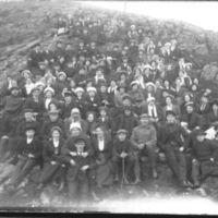 En stor gruppe fra Jæren Folkehøgskule på enhaug ved Knudaheio. K.K. Kleppe foran til  høyre